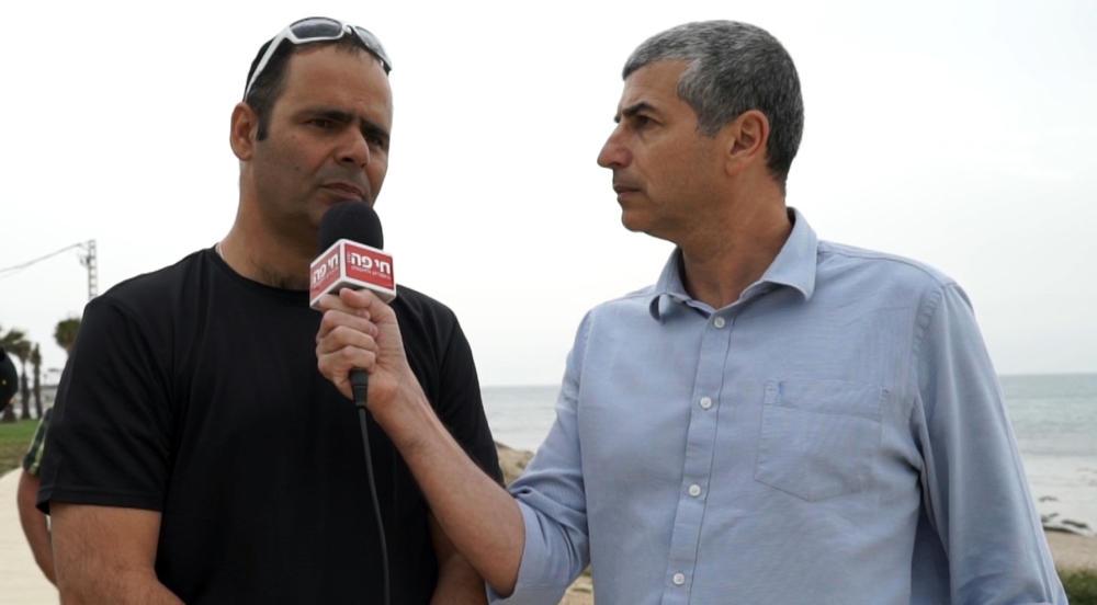יחיאל (חיליק) אמסלם, מנהל אגף החופים בעיריית חיפה וירון כרמי, עורך חי פה