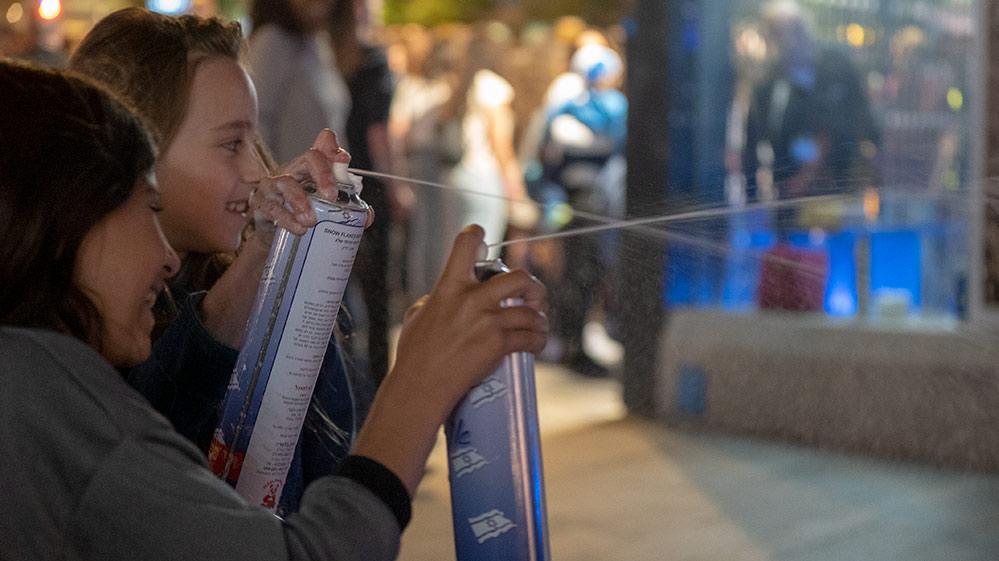 ילדות מרססות ספריי קצף בחגיגות יום העצמאות - מרכז הכרמל - חיפה (צילום: ירון כרמי)