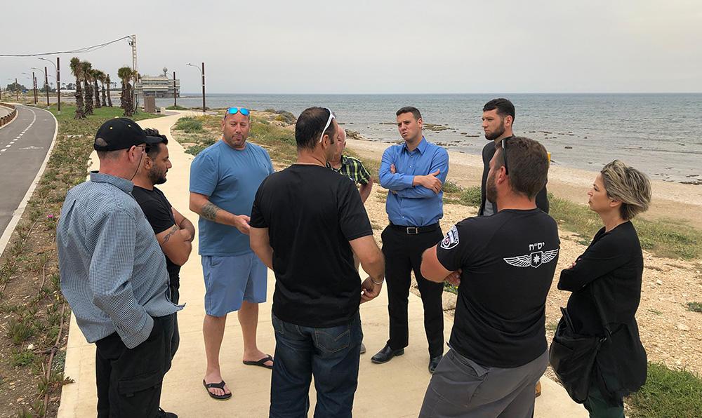 מנהלי החופים ועציוני במפגש עם גולשים בחוף ראש הכרמל - רחוב יוברט המפרי (צילום: ירון כרמי)