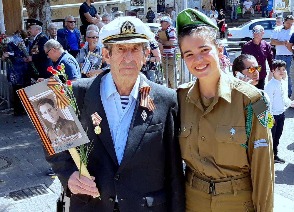 """מצעד הוטרנים • אלפים צעדו במצעד מרשים וססגוני לציון """"יום הניצחון ה-74 על הנאצים"""" בחיפה (צילום: אדיר יזירף)"""