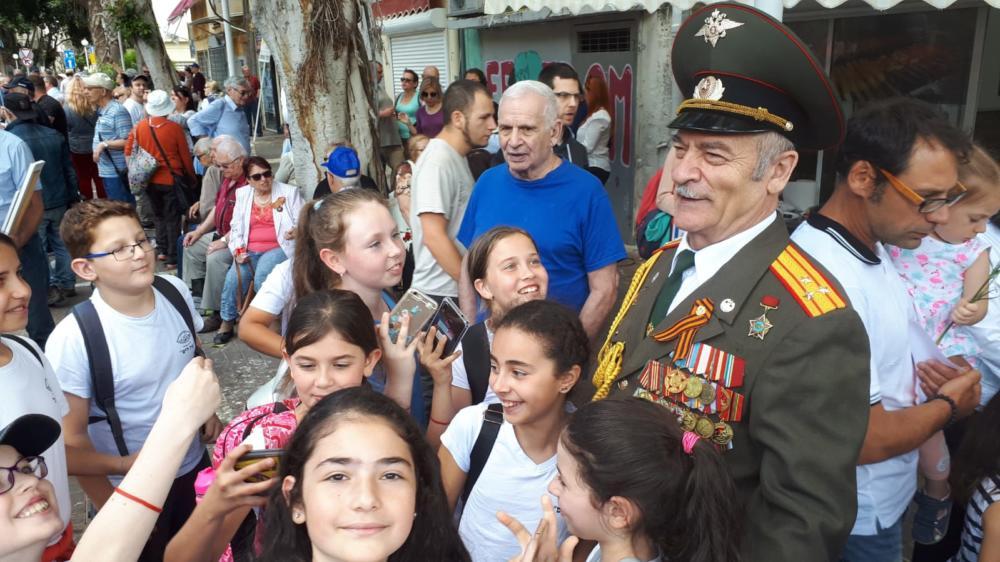 """תלמידי בית הספר עין הים במצעד הוטרנים בחיפה • אלפים צעדו במצעד מרשים וססגוני לציון """"יום הניצחון ה-74 על הנאצים"""" (צילום: ויטלינה מוחין)"""