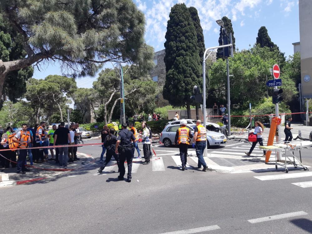 פיצוץ ברכב מול קפה הבנק בחיפה (צילום: איחוד הצלה)