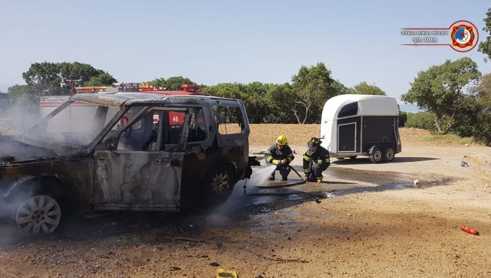 רכב עלה באש בדרך נוף כרמל – חיפה. לרכב היה קשור נגרר ועליו סוס (צילום: לוחמי האש)