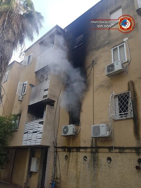 שריפה בדירת מגורים בבית דירות בקריית מוצקין - נזק כבד (צילום: לוחמי האש)