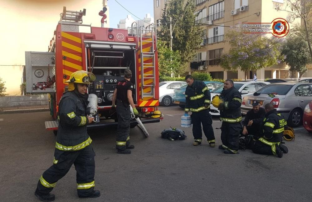 כבאית ולוחמי אש - שריפה בדירת מגורים בבית דירות בקריית מוצקין - נזק כבד (צילום: לוחמי האש)