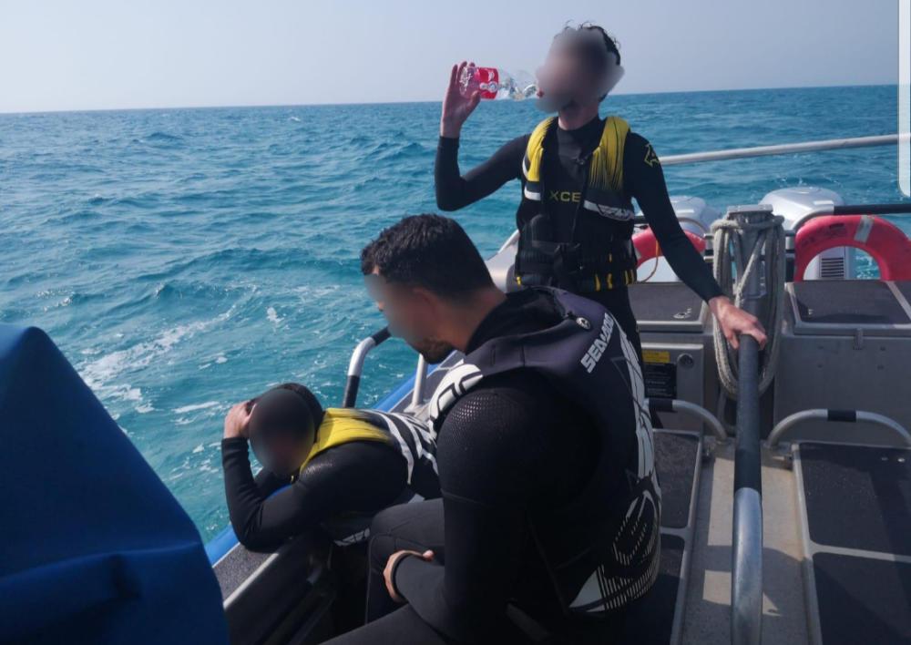 שלושה חיפאים חולצו מלב ים על ידי השיטור הימי לאחר תקלה באופנוע הים שלהם (צילום: משטרת ישראל)