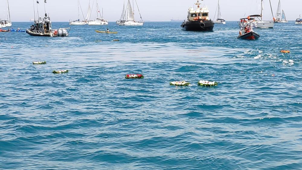 זרים במים במהלך הטקס לזכר חללי הצוללת דקר - 20 שנה לאיתור שרידי הדקר - הטקס בחיפה - 31/5/19 (צילום: מנדי שפונד)