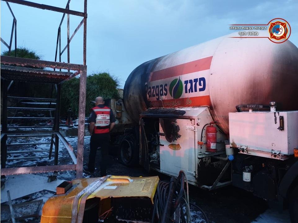מיכלית גז עלתה באש בחניון משאיות גז במפרץ חיפה (צילום: לוחמי האש)