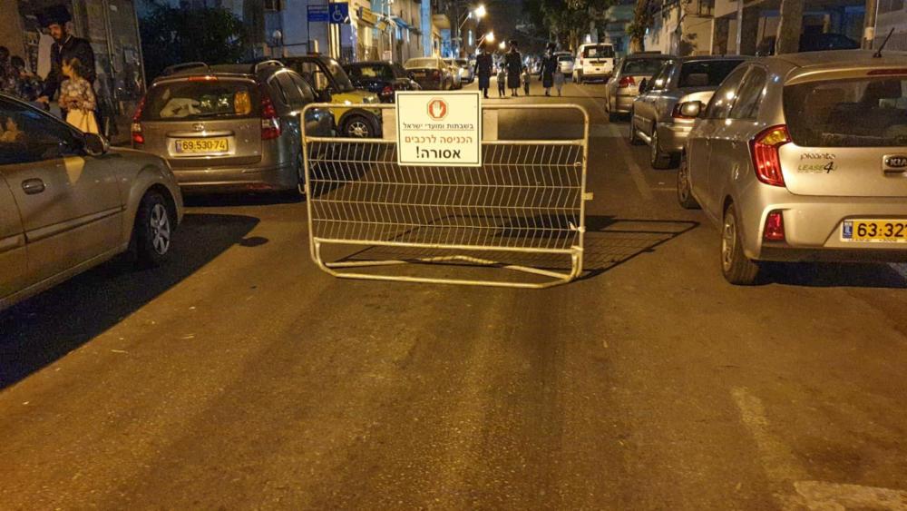 חרדים הציבו מחסום כביש ברחוב מיכאל 26 ועצרו את התנועה בשבת (צילום: חי פה)