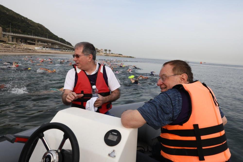 """בתמונה: ד""""ר מיקי הלברטל ופרופ' ביאר מלווים את המשחה (צילום: דוברות רמב""""ם)"""