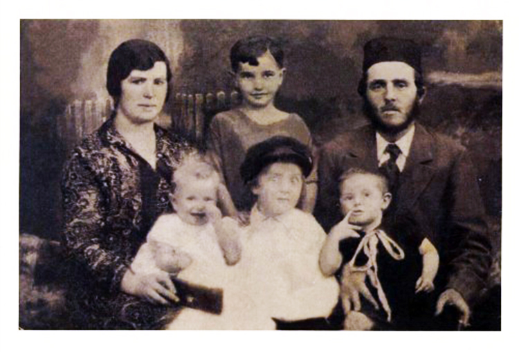 משפחת כהנא בהרכב חלקי למעלה: האב פייביש, חנה, האם אתל - למטה: מימין לשמאל שרה, מאיר, ריקו