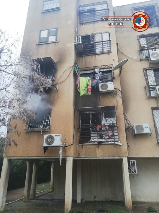 """שריפה בדירה (צילום: דוברות כב""""ה מחוז חוף)"""