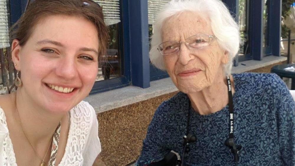"""דינה רול, עם אחת ה""""סבתות"""" בשנת ההתנדבות שלה בחיפה (צילום: אלבום אישי)"""