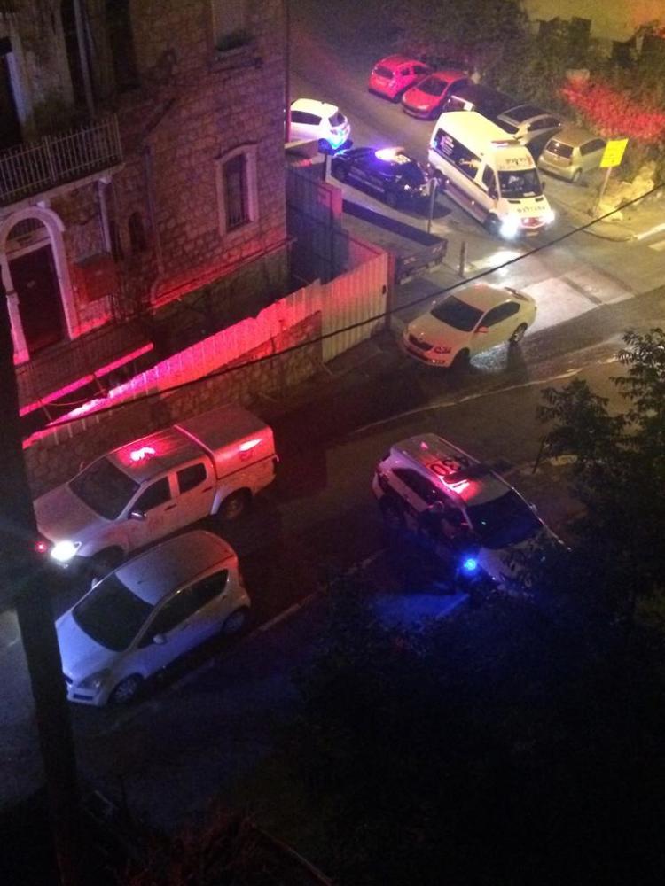 רכב עלה באש ברחוב עקרון (צילום: חי פה בשטח)