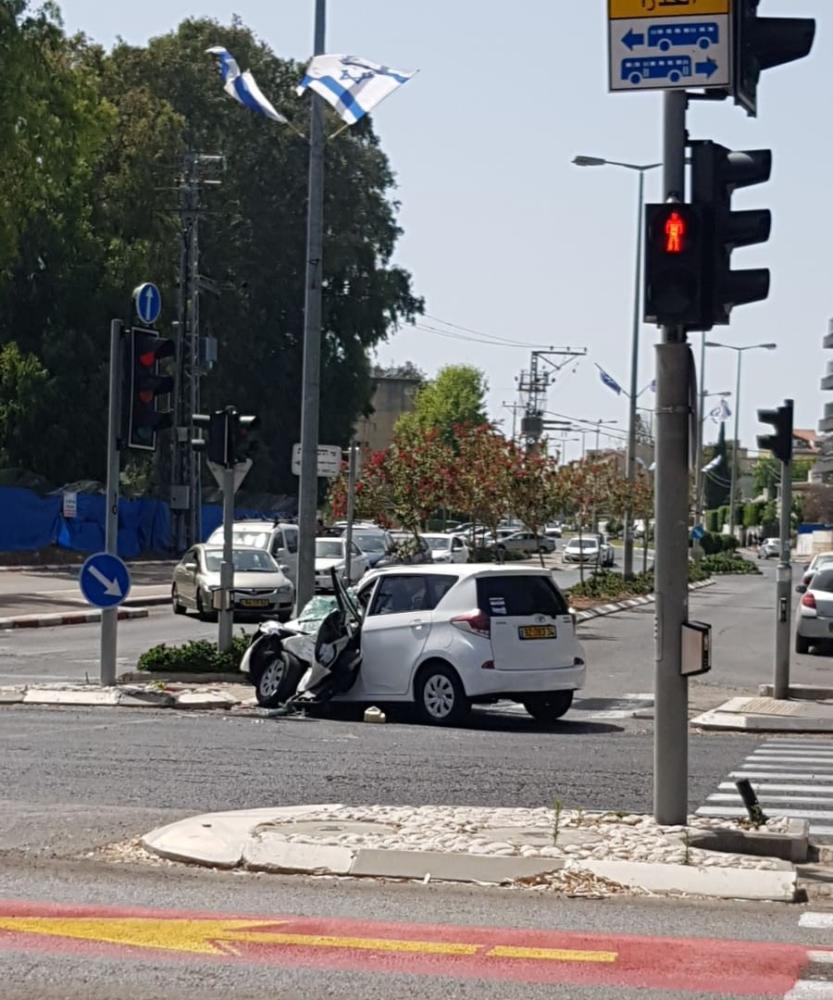 תאונה בצומת אורט ביאליק. רכב התנגש בעמוד (צילום: דור בוקס)
