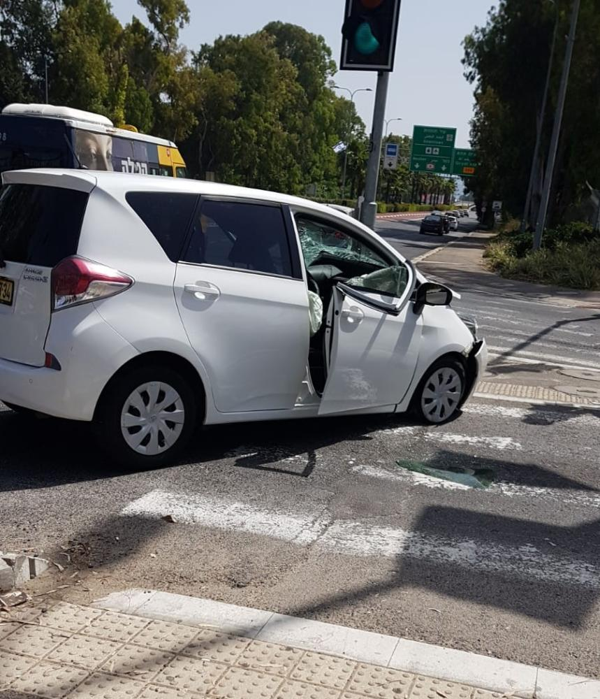 רכב התנגש בעמוד (צילום: דור בוקס)