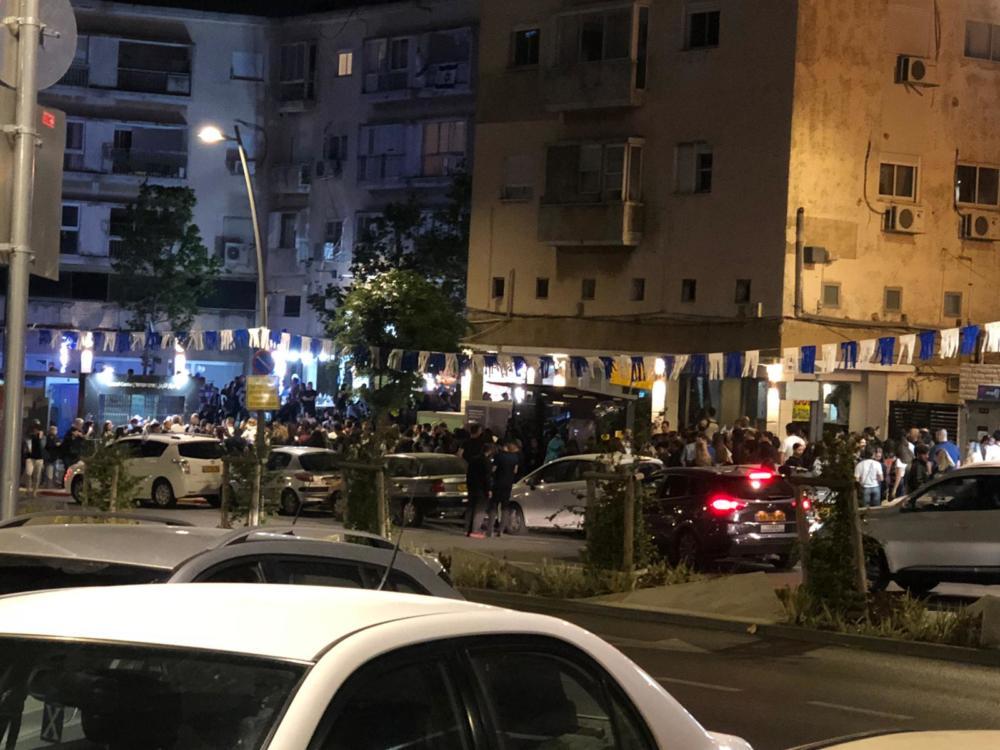 תמונה מהשטח השעה 20:10 עומסים בכרמלית חיפה , אנשים ממתינים (צילום: חי פה בשטח)