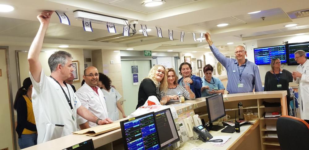 הנהלת בית חולים כרמל והעובדים תולים דגלי עצמאות בבית החולים