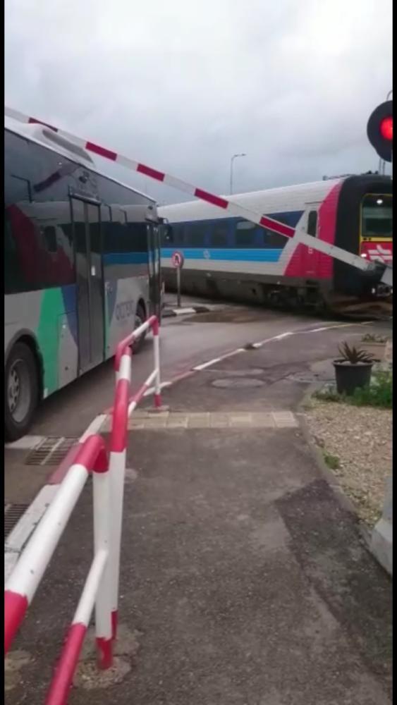 אוטובוס חוצה מחסום רכבת (צילום: מוקד הבטיחות רכבת ישראל).