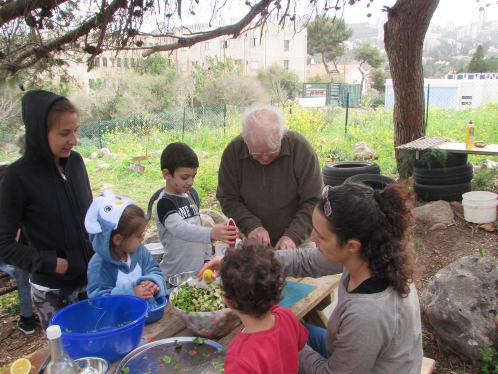 הירקות והפירות שיצמחו יוקדשו לארוחות משותפות בסיום הפעילות (צילום: פנינה מדן)