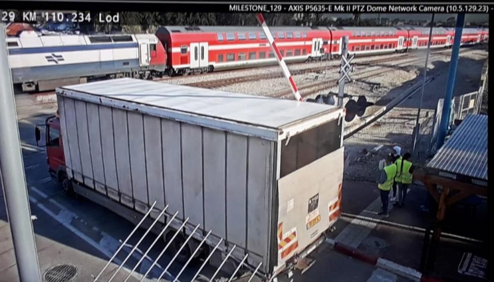 משאית על פסי הרכבת (צילום: מוקד הבטיחות רכבת ישראל).