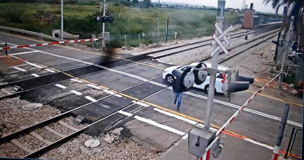רכב על פסי רכבת (צילום: מוקד הבטיחות - רכבת ישראל).