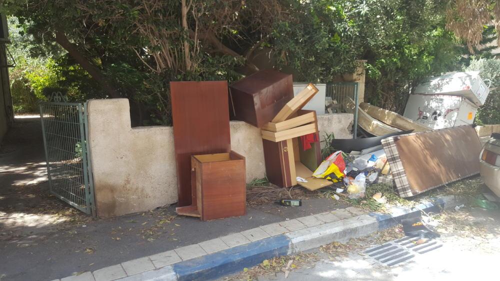 אשפה חוסמת מדרכה ברח' השרון 44, בשכונת בת גלים בחיפה (צלם: מנשה שמש)