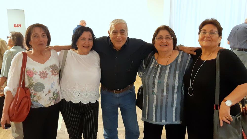 במרכז, מחבר הספר ניסים לוי עם בנות דודותיו ואחיותיו (צלם: אדיר יזירף, לאתר חי פה)