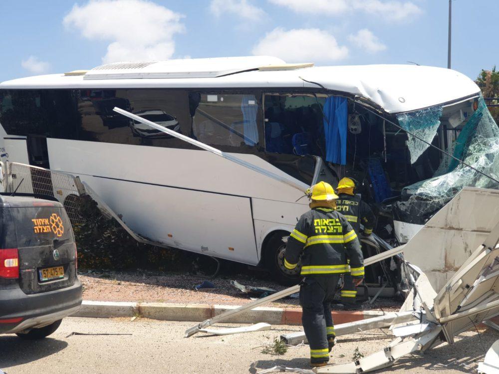 תאונת אוטובוס בשדרות ההגנה בחיפה • האוטובוס ירש לשוליים, התנגש בשלט וחזיתו התרסקה (צילום: איחוד הצלה)