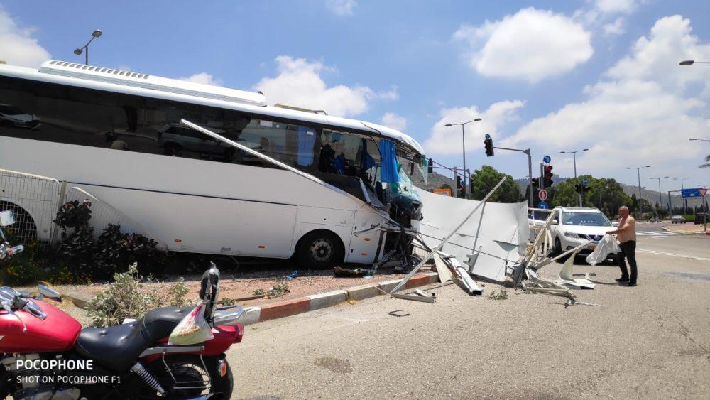 תאונת אוטובוס בשדרות ההגנה בחיפה • האוטובוס ירש לשוליים, התנגש בשלט וחזיתו התרסקה (צילום: ירון חנן)