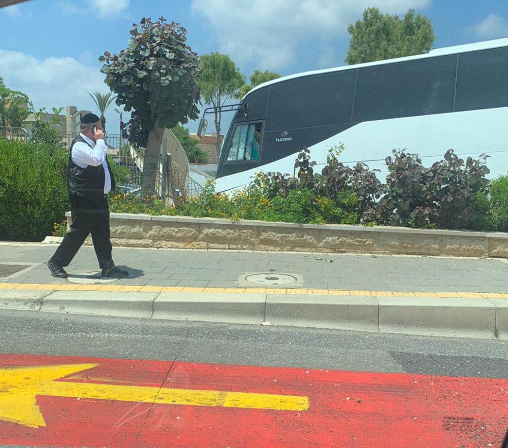 תאונת אוטובוס בשדרות ההגנה בחיפה • האוטובוס ירש לשוליים, התנגש בשלט וחזיתו התרסקה (צילום: עמרי סילבר)