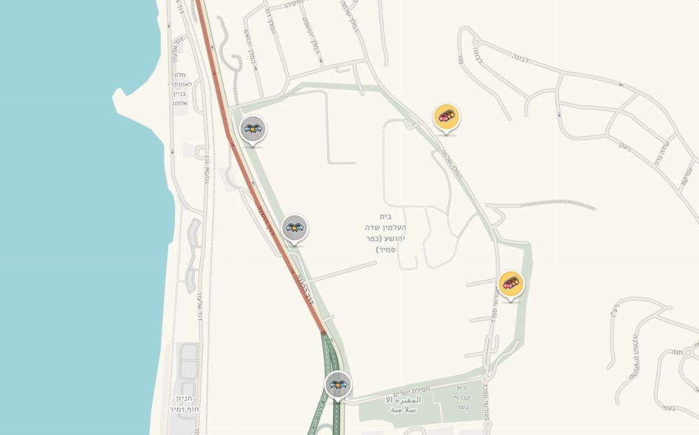 תאונת אוטובוס בשדרות ההגנה בחיפה • האוטובוס ירש לשוליים, התנגש בשלט וחזיתו התרסקה (מפה מתוך WAZE)