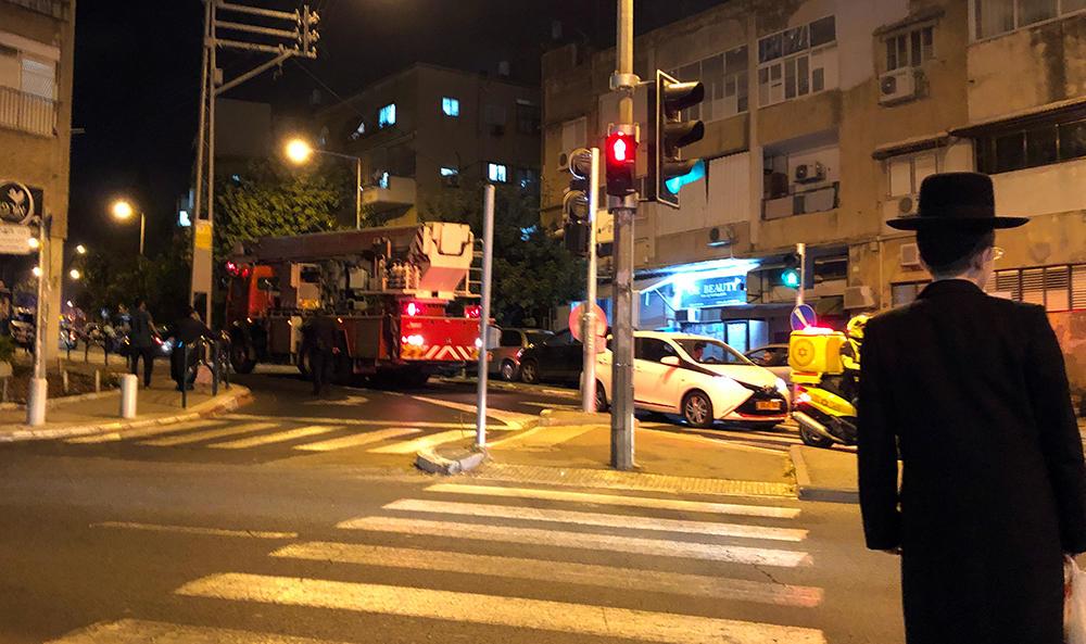 כבאית עם סולם - רימון עשן או גז שהושלך ברחוב ארלוזורוב בחיפה (צילום: ירון כרמי)