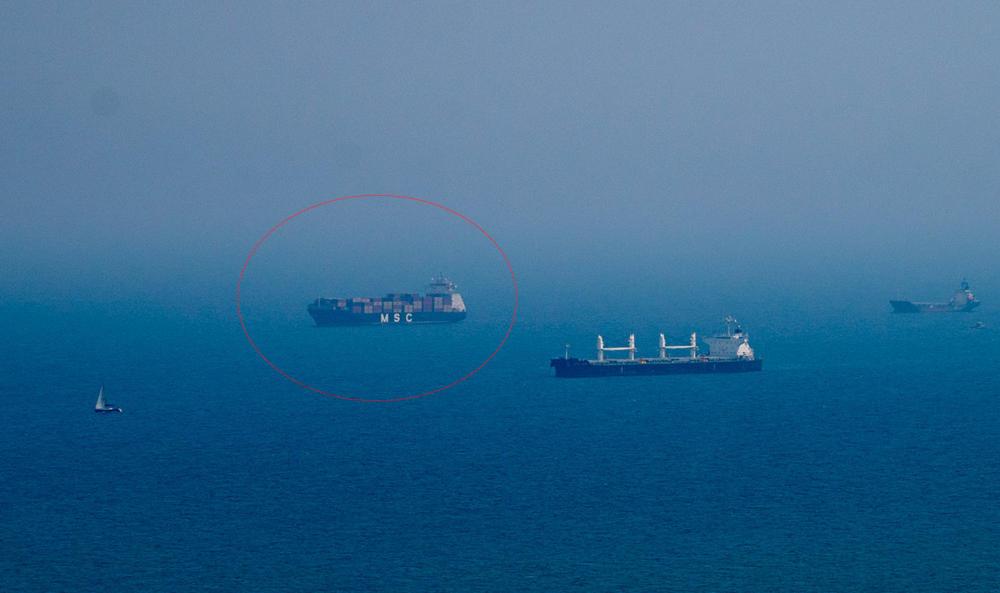 האנייה MSC Canberra עומדת על עוגן בגמר האירוע מול חופי חיפה (צילום: ירון כרמי)