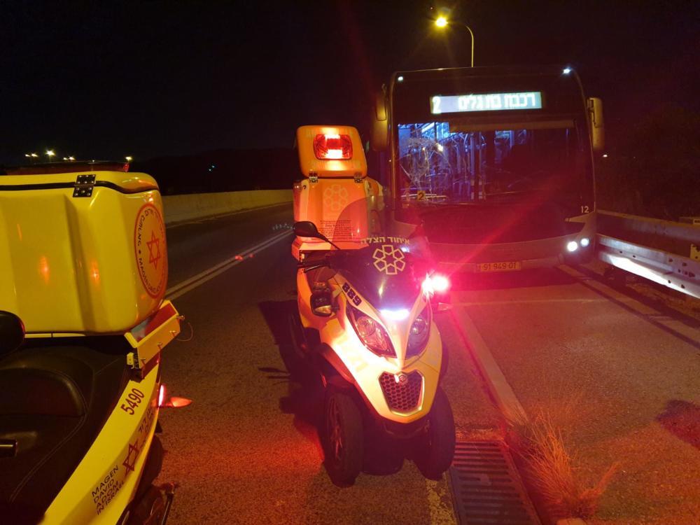 רוכב אופניים נפגע ממטרונית בשדרות ההסתדרות בחיפה (צילום: איחוד הצלה כרמל)