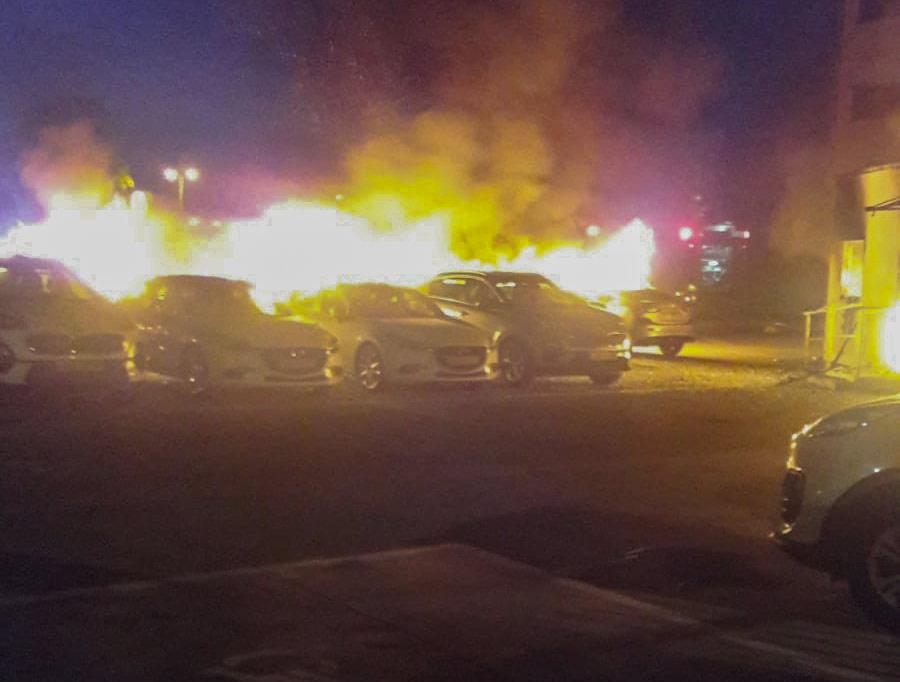 שרפה פרצה במגרש הרכבים של שלמה סיקסט בנשר (צילום: איחוד הצלה כרמל)