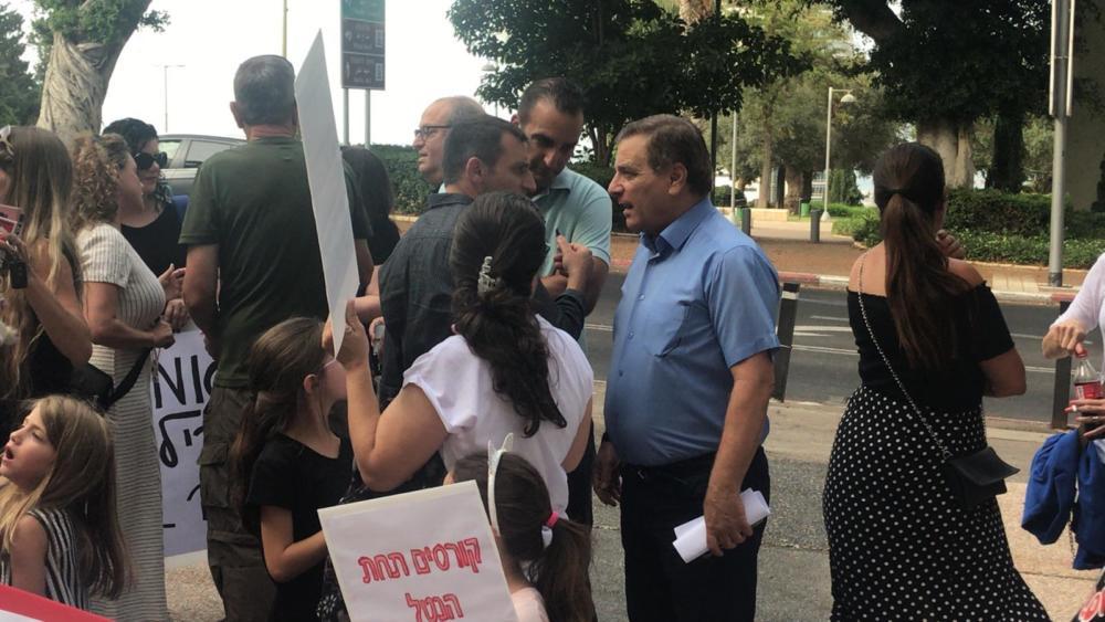 שמשון עידו הגיע לתמוך בהפגנת ההורים מול בית העירייה נגד עליית מחירי הקייטנות בעיר חיפה (צילום: מיכל ירון)