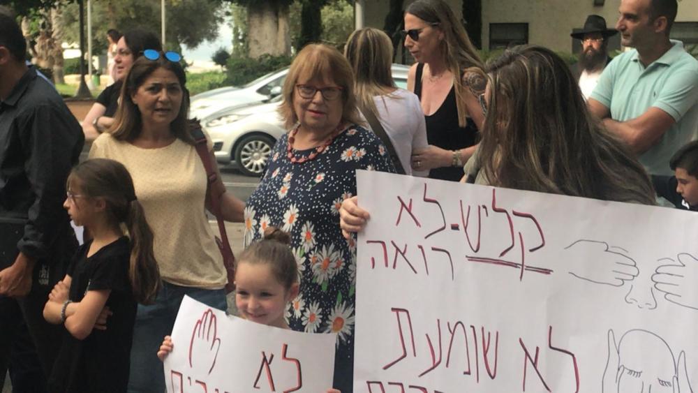 חדווה אלמוג הגיעה לתמוך בהפגנת ההורים מול בית העירייה נגד עליית מחירי הקייטנות בעיר חיפה (צילום: מיכל ירון)