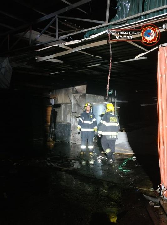 שריפת נגריה ברחוב יוסף לוי באזור התעשיה קרית ביאליק (צילום: לוחמי האש)