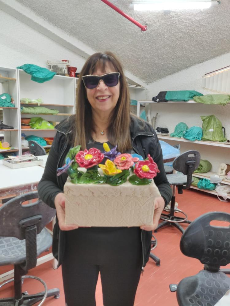 חנה מורג בחוג פיסול בבית הלוחם בחיפה