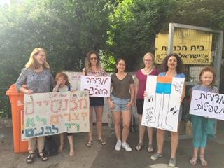 מיכל אלבז שור, מדריכת הורים במקצועה, הורי התלמידות ותלמידות בית הספר אהוד בחיפה (צילום: מערכת חי פה).