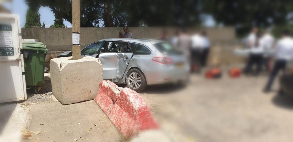 נהג נכנס עם רכבו בחנות פרחים בבית העלמין בחיפה (צילום: אלי דבי)