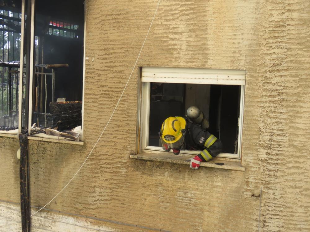 """שריפה בדירת מגורים (צילום: דוברות כב""""ה מחוז חוף)"""