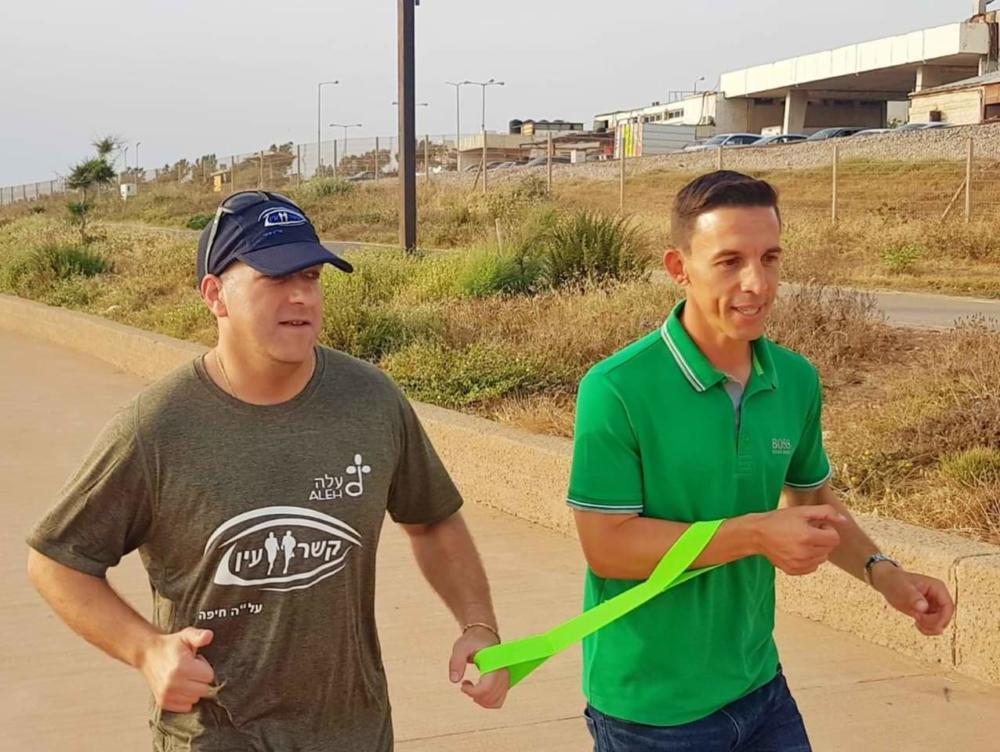 שי רוזין מתאמן עם גוסטבו בוקולי, שחקן עבר בכדורגל, במכבי חיפה. (צילום: יוסי פרץ ארי)
