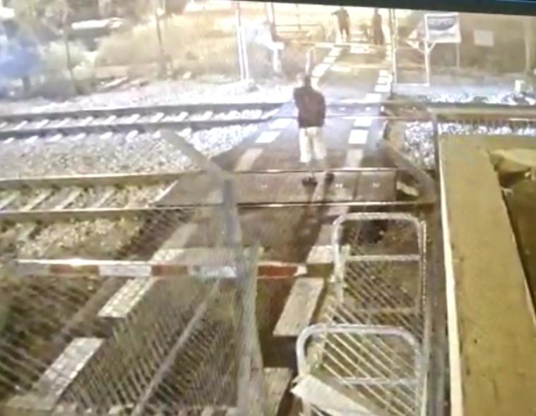 תיעוד חמור של הנער שפרץ לשטח המפגש ברכבת (צילום: מוקד הבטיחות של רכבת ישראל)