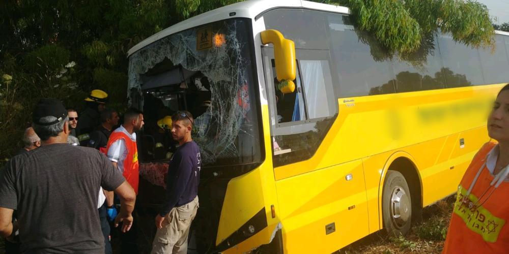 הרמת האוטובוס שהתהפך צילום מדא