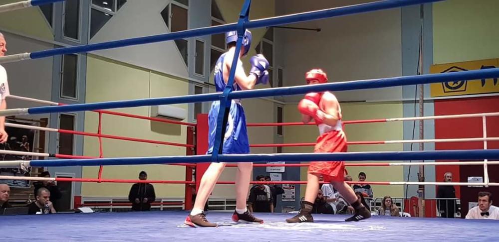 מדבדב ( בכחול) בקרב אליפות ישראל (צילום: אלבום אישי)
