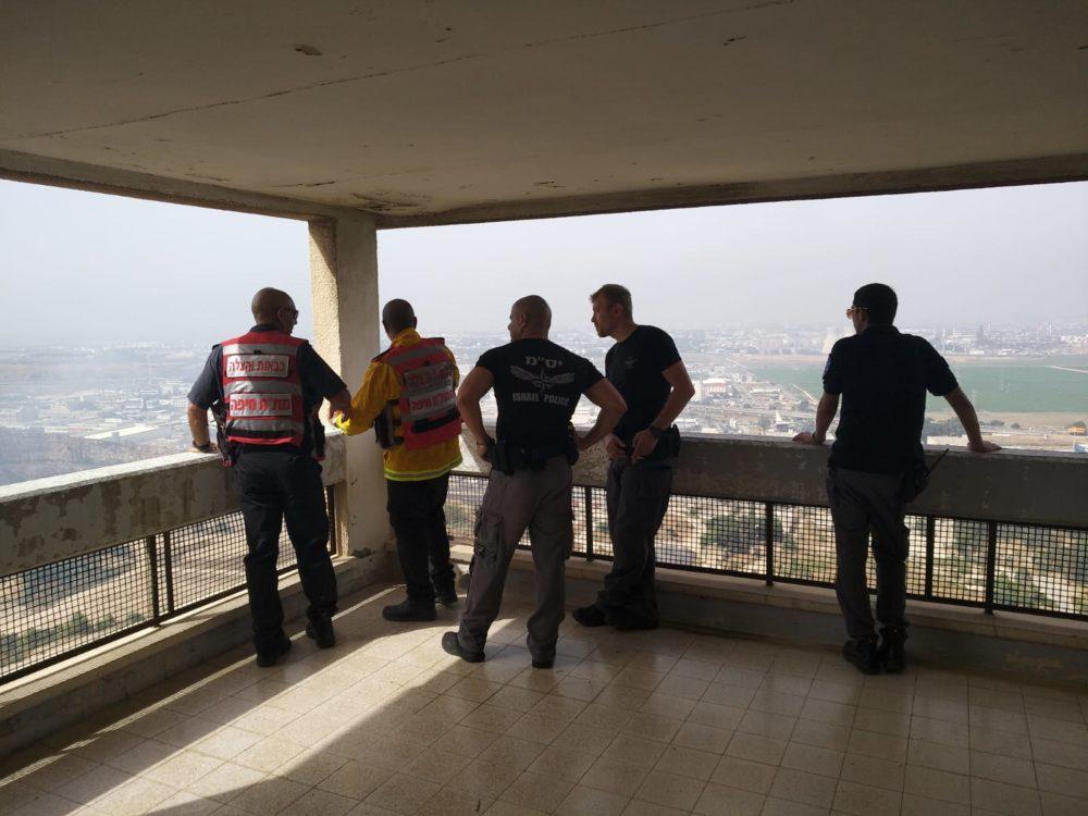 חילוץ דיירים מהשריפה שפרצה בכניסה לחיפה (צילום: לסקר את יעקב)