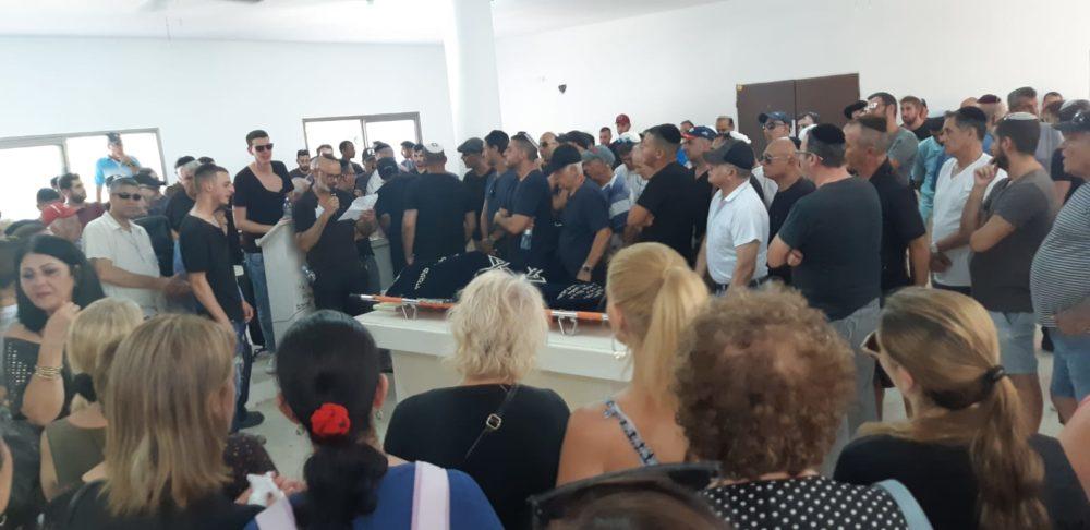 קהל של מאות אנשים מלווה ברגעים אלה בבית העלמין בנשר את דוד פסו בדרכו האחרונה  (צילום: אדיר יזירף)