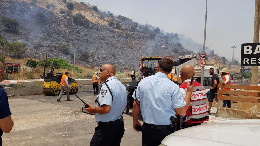 המשטרה מכוונת את התנועה לצירים חלופיים, בכביש בר יהודה בנשר ובכביש דורי בחיפה בעקבות שריפה (צילום: כוחות הצלה)